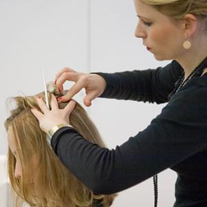 Des coiffeurs formés à la détection du cancer