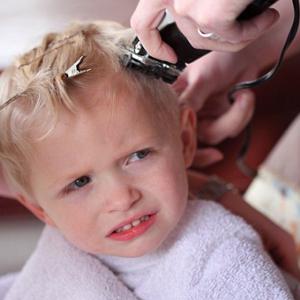 Prendre soin des enfants en salon de coiffure