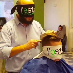 Remigio Morelli, le coiffeur qui se bande les yeux
