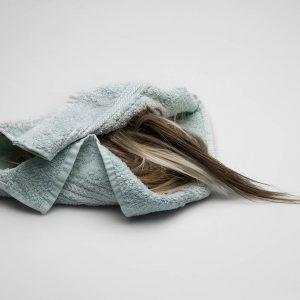 Que penser du cheveu, sorti de son contexte ? Karmen Ayvazyan donne sa réponse en photos
