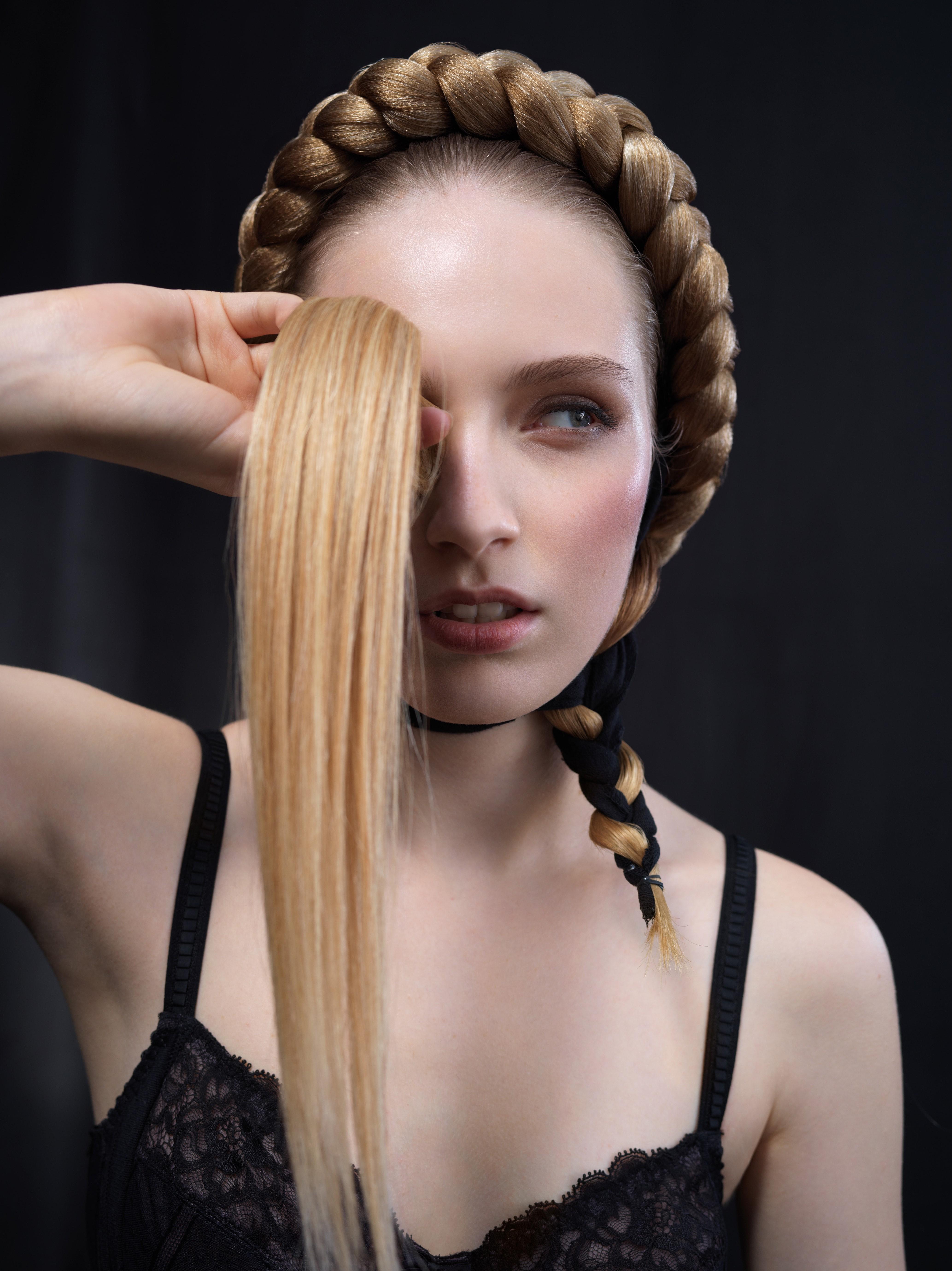 Directeur artistique et coiffure: Claude Tarentino. Photos: Jules Egger. Modèle: Nelly. Produits: L'Oréal Professionnel. Ciseaux: Mizutani.